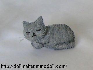 Chat gris se détendre